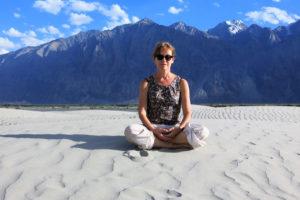 agnès delattre en méditation sur un fond de montagnes